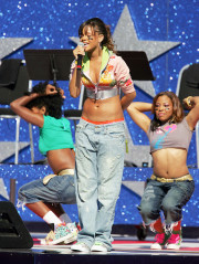La chanteuse Rihanna se produit lors de la célébration du coup d'envoi de la NFL le jeudi 8 septembre 2005, au Coliseum de Los Angeles.  (Photo AP/Chris Carlson)