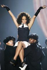 Rihanna se produit aux MTV Europe Music Awards au Bella Centre, à Copenhague, au Danemark, le jeudi 2 novembre 2006. (AP Photo/Jon Super)