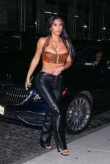 New York, NY - *EXCLUSIF* - Kim Kardashian met en scène un affichage époustouflant dans un haut sans bretelles et un pantalon en cuir lors d'un dîner.  On a vu Kim faire tourner les têtes à son arrivée à Carbone avec l'actrice La La Anthony, CMO de KKW Brands Tracy Romulus et Simon Huck.  Après le dîner, le groupe a rencontré Zero Bond jeudi soir.  Tourné le 15/07/21.  Sur la photo : Kim Kardashian BACKGRID USA 16 JUILLET 2021 USA : +1 310 798 9111 / usasales@backgrid.com Royaume-Uni : +44 208 344 2007 / uksales@backgrid.com * Clients britanniques - Photos contenant des enfants, veuillez pixeliser le visage avant la publication *
