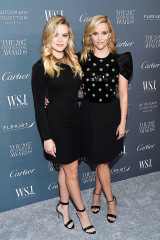 Ava Phillippe, Reese Witherspoon.  L'actrice Reese Witherspoon, à droite, et sa fille Ava Phillippe assistent au WSJ.  Magazine 2017 Innovator Awards au Museum of Modern Art, à New York WSJ.  Magazine 2017 Innovator Awards, New York, États-Unis - 01 nov. 2017